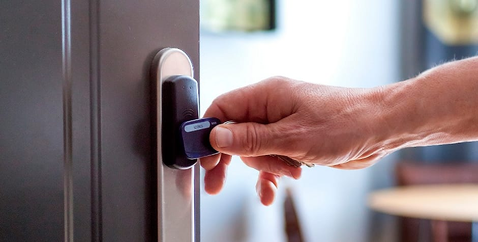 Adgangskontrol der er ved at blive låst op af en nøglebrik