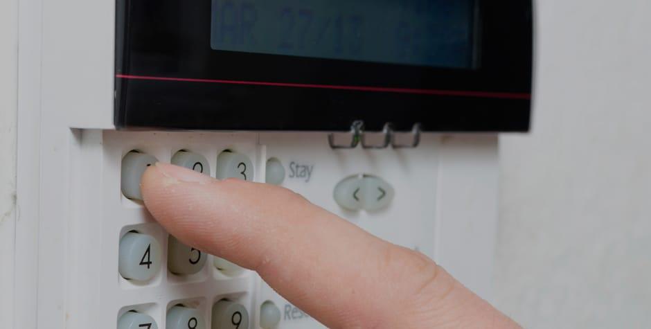 Alarm panel der er ved at blive tilkoblet